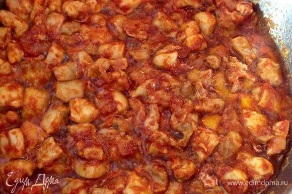 Когда жидкости почти не останется, а на дне под мясом будет только масло, добавить томатную пасту (можно пополам с пастой из сладкого красного перца). Хорошо перемешать, продолжая жарить еще минуты 3-4. Мясо станет однотонным по цвету, а томатная паста немного потемнеет.