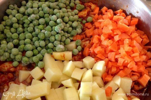 Теперь можно добавить овощи. Выложить нарезанные морковь, картофель, зеленый горошек. Все хорошо перемешать. ** Зеленый горошек можно брать в любом виде. Если свежий или замороженный, то добавить на этом этапе. Если вы используете консервированный, то положите его позже - буквально за 10 минут до готовности (перед закладкой петрушки).