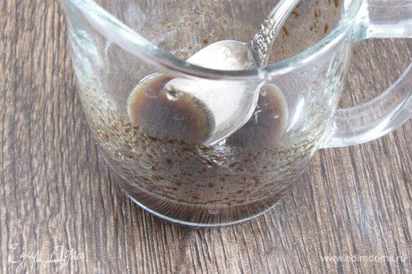 Соединить 1 ст. л. оливкового масла с бальзамическим уксусом, посолить, поперчить и перемешать.