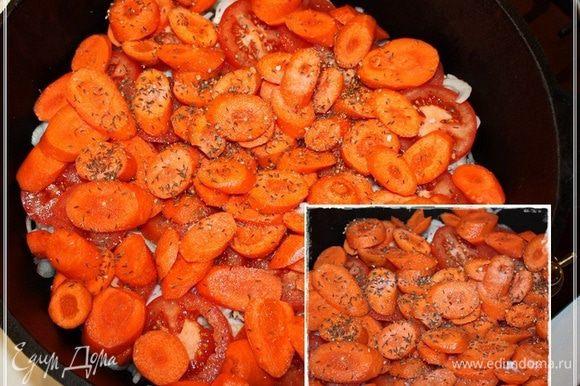 Сверху морковка и опять присаливаем, зирой и кориандром сдабриваем.