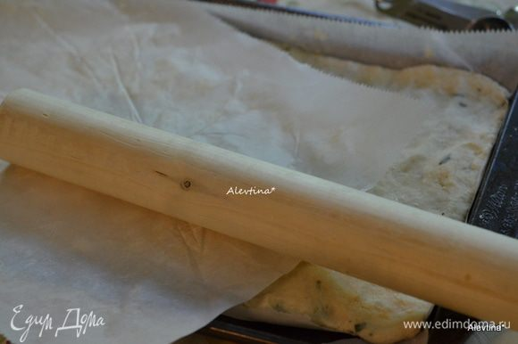 Противень застелить бумагой для выпечки. Раскатать тесто по размеру противня прямоугольной формы.