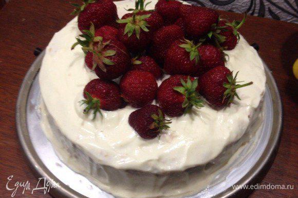 Бисквит разрезать на 3 части. Взбить крем. Промазать торт кремом, во внутрь тортика можно положить разрезные ягоды. Сверху украсить торт клубникой.