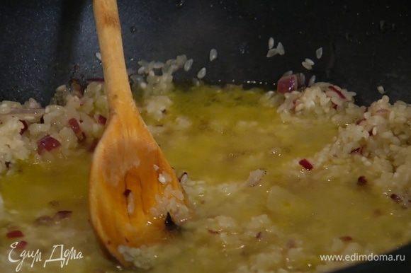 По одному половнику добавлять горячий бульон, время от времени помешивая кашу — рис не должен плавать в жидкости, но не должен и превращаться в плотный ком.