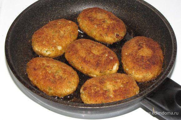 Разогреть в сковороде растительное масло. Обвалять котлетки в панировочных сухарях и обжарить на среднем огне с обеих сторон.