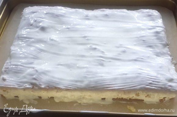 Разрезаем корж вдоль на 2 части и еще теплый смазываем смесью сметаны, сахара и ванилина.