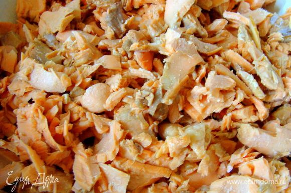 Лук, чеснок и морковь почистить. Форель положить в небольшую кастрюлю, добавить овощи, соль, залить водой, варить 15 минут после закипания. Готовую форель разобрать и помять вилкой.