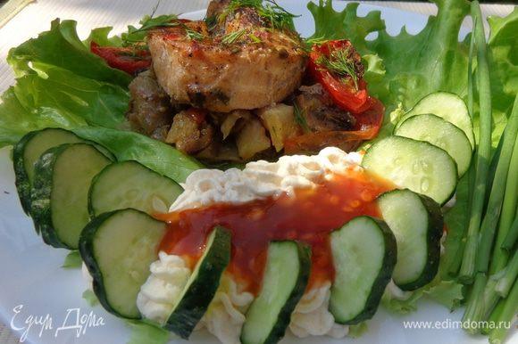 Для подачи можно приготовить творожно-икорную смесь, а также свежие огурчики и соус чили. Приятного аппетита!