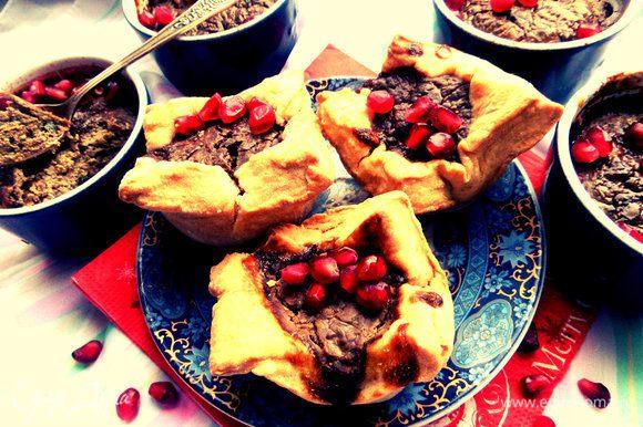 Каждый выбирает себе или порцию паштета или посытнее-корзинку из теста с начинкой :) По желанию украсить зёрнами граната.