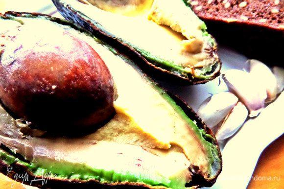 Авокадо нужен переспелый, мягкий.