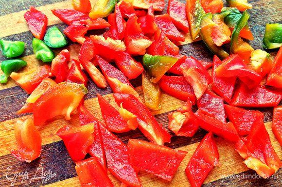 Болгарский перец помыть, почистить, нарезать на кубики.