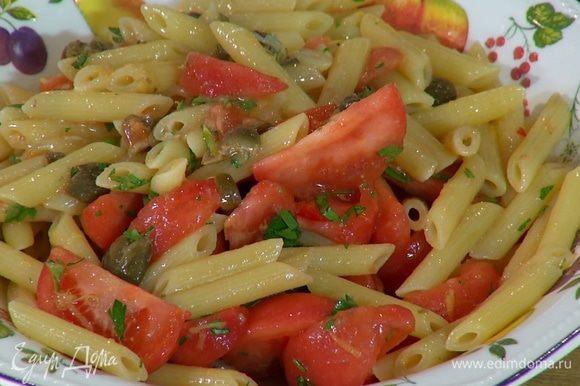 В пенне с соусом добавить помидоры, перец чили, петрушку, влить немного воды, в которой варились макароны, все перемешать.
