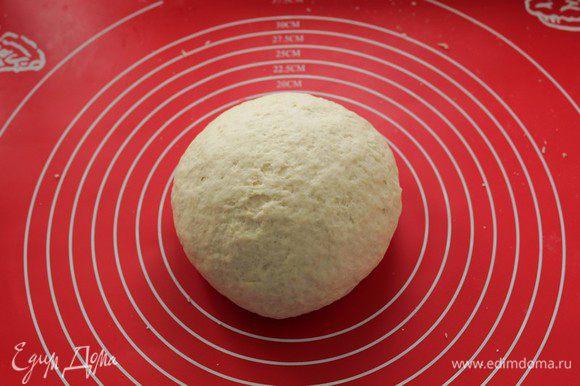 Накрываем тесто полотенцем, чтобы поверхность теста не подсыхала, и оставляем на 1 час в теплом месте.
