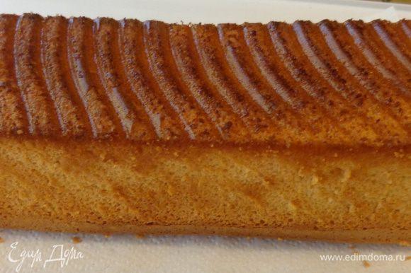 """Вылить тесто в форму для хлеба. Печь до легкой золотистости и до сухой спички при 170 градусах минут 30. Готовому бисквиту дать """"отдышаться"""" несколько часов, а лучше ночь. Потом разрезать на коржи."""
