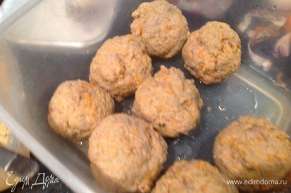 Сформируйте небольшие шарики и отварите в кипящей воде, каждый шарик 1 минуту.