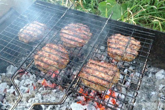Котлеты обжарить на углях (или на гриле).