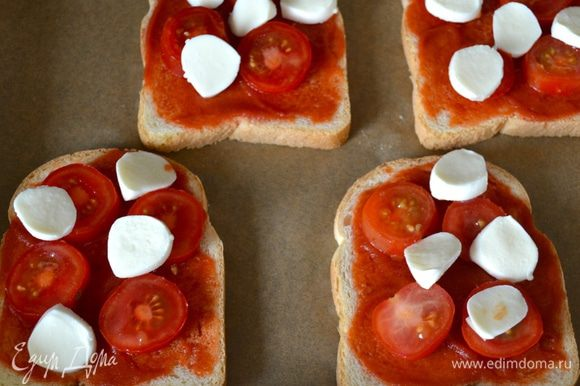 Сверху выложите помидорки, поверх уложите моцареллу.