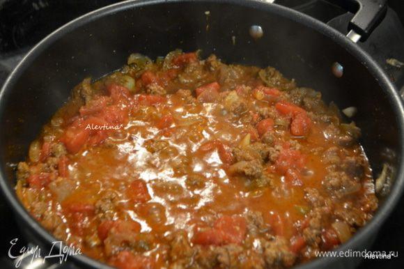 Добавить томатную пасту, томаты баночные в соку, порезанные кубиками. Готовим 15 мин, не закрывая крышкой.