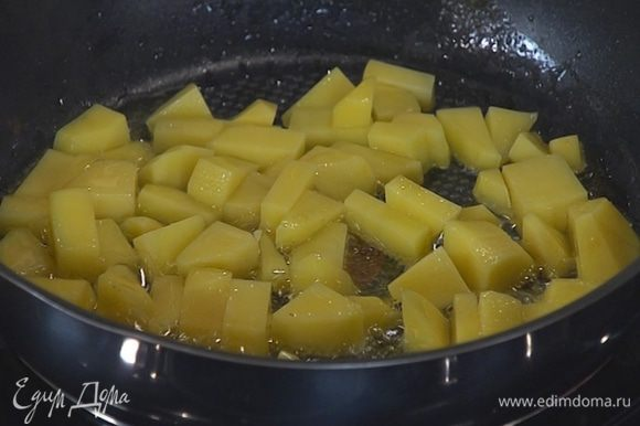 Картофель почистить, нарезать кусочками и пожарить на растительном масле.