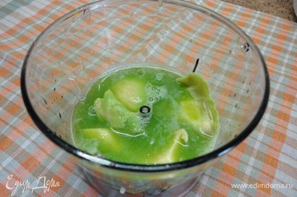 Из огурца и сельдерея с помощью соковыжималки выдавить сок. В блендер поместить мякоть половинки авокадо, вылить сок овощей и лайма. Пюрировать.