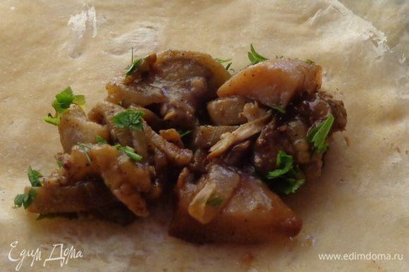 Для несладкой начинки обжарить лук с баклажаном и чесноком, приправить молотым кориандром, зирой, гвоздичкой, острым черным перцем. Посолить по вкусу. Измельчить отварное куриное филе и смешать его с баклажаном.