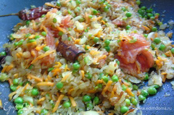 К овощам добавьте рис и сухую приправу для плова. Все тщательно перемешайте.