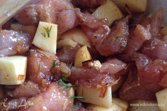 Лук репчатый почистить и обжарить на сковороде. Добавить к мелко нарезанной картошке и мясу. Перемешать со специями, солью и зеленью. Дать настояться минут 10-15.