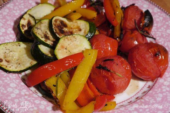 Запеченные овощи подавать вместе с хумусом.