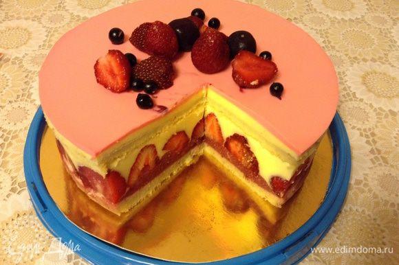 Снять форму с торта, украсить по вкусу ягодами. Приятного чаепития.