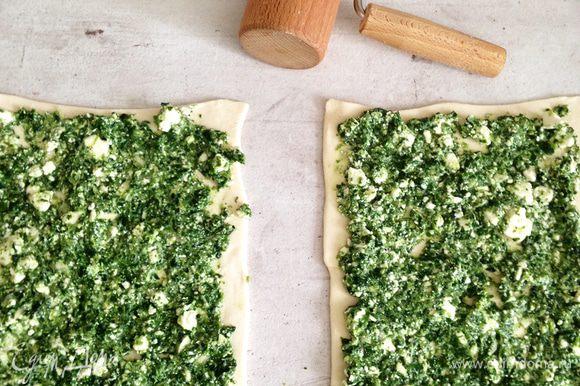 На присыпанной мукой поверхности слегка раскатываем тесто, равномерно распределяем начинку.