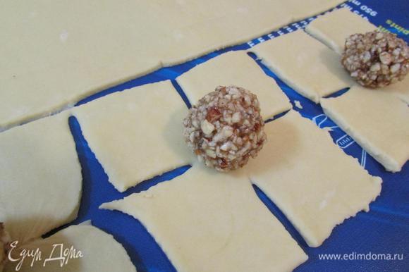 Из начинки формовать маленькие плотные шарики. И выложить их в середину квадрата.