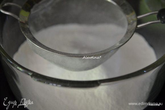Разогреть духовку на 180 гр. Смазать квадратную форму, выложить на дно бумагу для выпечки. Просеять муку, соду пищевую и соль.