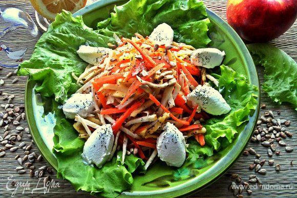Выкладываем салат на салатные листья горкой и по краю выкладываем при помощи двух чайных ложек плотный йогурт.