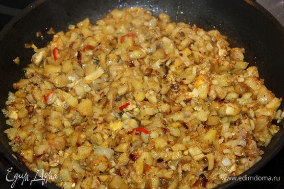 Репчатый лук шинкуем и пассируем на растительном/оливковом масле до золотистого цвета. Мякоть баклажана нарезаем на маленькие кубики, добавляем к луку. Затем режем шампиньоны, грудинку и отправляем их в сковороду к луку и баклажану. Даем начинке прогреться несколько минут, затем кладем чили перец, чеснок, выдавленный через пресс и специи по своему вкусу.