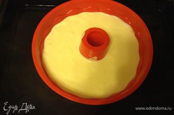Тесто вылить аккуратно в форму, я выпекала в силиконовой для кексов. Если Вы выпекаете в разъемной форме (20 см) ее нужно проложить бумагой и дно и бортики. Бортики должны быть выше на несколько см формы, сверху форму обернуть фольгой в два слоя. Форму поставить в протвень глубокий налить воды на один палец. Выпекать при 160С в заранее разогретой духовке 1 час 20 минут. Потом выключить духовку выключить при открыть дверцу оставить еще на час. Потом воду убрать и дать остыть полностью в духовке. достать и дать вызреть часа 3ри в холодильнике. Залить соусом.