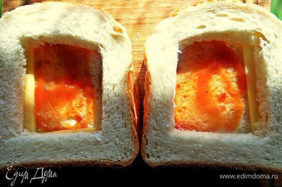 Положить их на нижние куски хлеба.