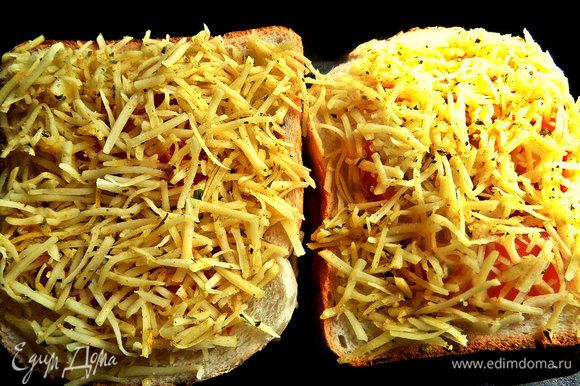 Засыпать сыром весь верх. Перенести в смазанную маслом форму для запекания.