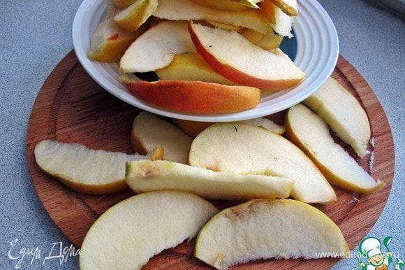 Яблоки лучше брать сладкие, твердых сортов. Яблоки очистить от сердцевины и нарезать дольками.