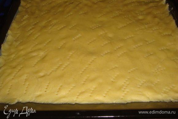 Нагреть духовку до 180 градусов. Противень смазать маслом. Тесто раскатать, положить в противень, наколоть вилкой.