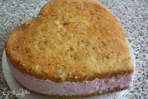 Оставшуюся клубнику тонко нарезать пластинами. Подготовленный торт вынуть из формы.