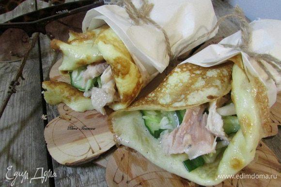 На блинчик выложить салат, куриное мясо и завернуть в ролл.