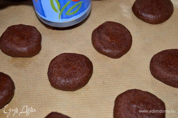 Теперь нужно немного приплюснуть,дном стакана,если хотите печенье более хрустящее, то делайте потоньше лепешки. Что бы получились трещинки,уберите противень с подготовленными печеньями в холодильник на 15 минут.