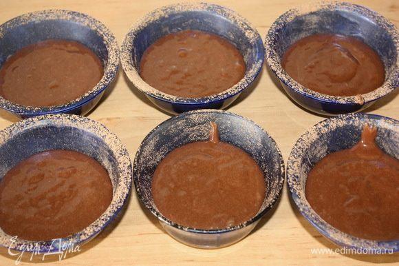 Выкладываем получившееся тесто в формочки. Отправляем их в предварительно разогретую духовку. Режим выпечки: t - 200°C 10 минут.
