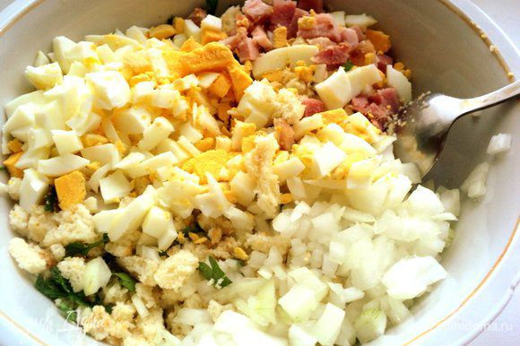 Предварительно отварить 2 яйца. Лук, бекон ( я взяла вместо бекона грудинку) и вареные яйца порезать мелким кубиком и добавить сухарной начинке.