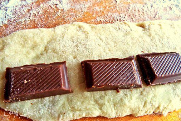 Затем катаем поперёк тесто в широкую ленту.