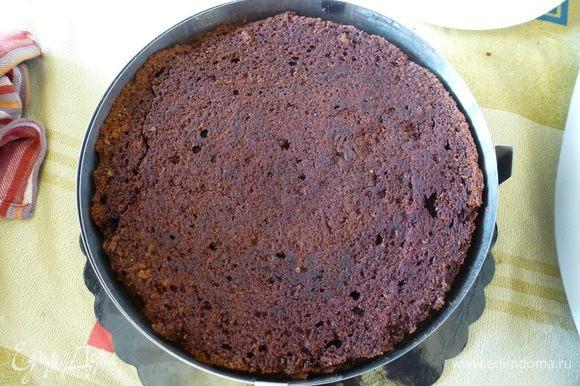 Сверху на мусс выкладываем второй корж, слегка прижимаем. Убираем торт в холодильник на ночь (или хотя бы часа на 4).
