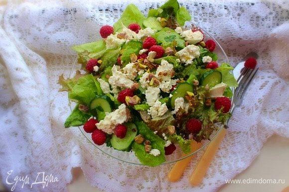 Формируем порции (или подаем в большом салатнике), выкладывая зеленую салатную основу, покрошив (порезав) фету и посыпав малиной и фисташками. Я не солю, учитывая соленость сыра и орешков. Приятного!!!