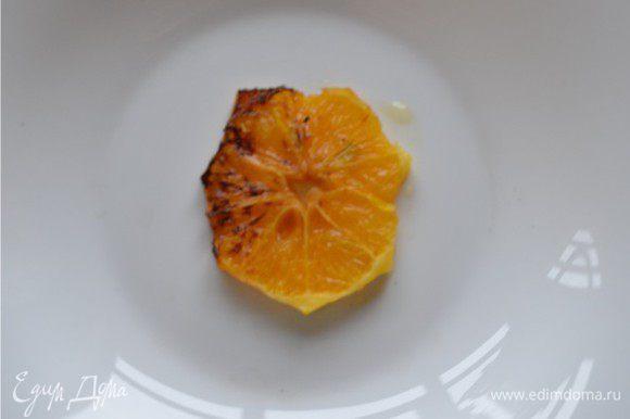 Апельсин очищаем от кожуры, нарезаем его поперек на кружочки. Обжариваем апельсин на сковороде с растопленным сливочным маслом с двух сторон до золотистого цвета.