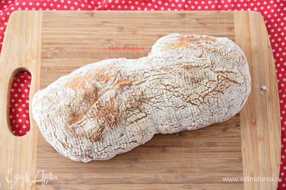 Понизьте температуру духовки до 220 градусов и выпекайте хлеб 25-30 минут до уверенной румяной корочки и характерного глухого звука при постукивании. Следите по своей духовке! Мы специально максимально нагревали духовку, чтобы скомпенсировать потерю тепла при открытии дверцы. Через 10-12 минут после начала выпекания вытащить форму с оставшейся водой. На втором этапе выпечки пар затрудняет процесс выпечки, он не нужен.