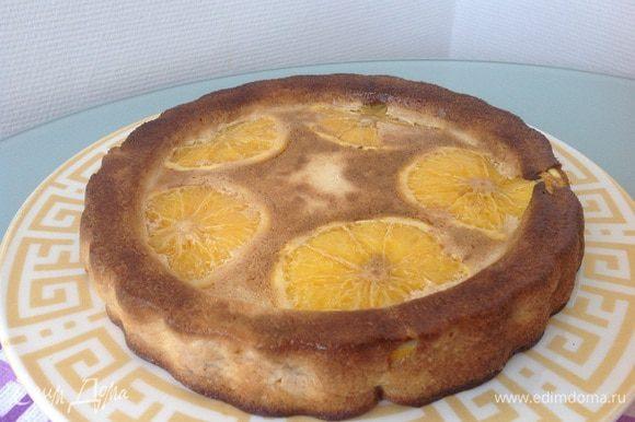 Выложите запеканку на блюдо перевернув, так чтобы апельсины оказались сверху.