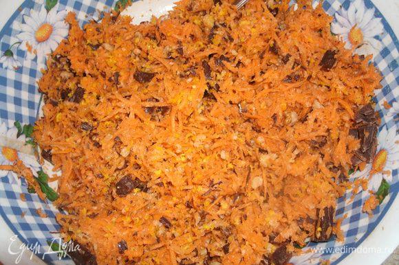 С апельсина натереть цедру и выжать сок. Орехи измельчить. Шоколад порезать небольшими кубиками. Смешать орехи, цедру и шоколад с морковью.